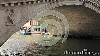Góndola, puente de Rialto, Grand Canal, Venecia, Italia almacen de video