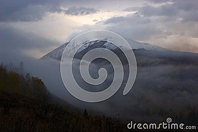 Góry ułożone śnieg