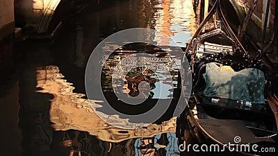 G?ndola en el agua en Venecia metrajes