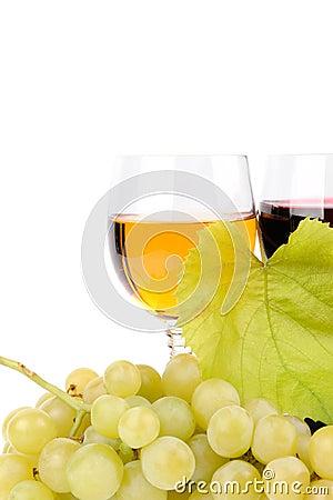 Gałąź winogrona i szkło wino