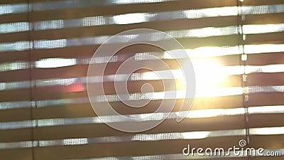 Gaat het samenvatting vage zonlicht door de vensterzonneblinden stock footage