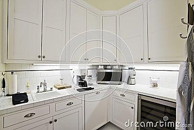 Gabinetes blancos en la cocina foto de archivo imagen for Gabinetes de cocina blancos