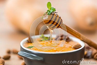 Gachas de avena de la calabaza con la miel