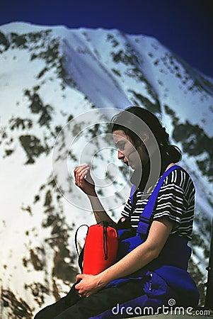 登山人galasescu在高峰休息附近的女孩母马
