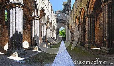 Galería principal de las ruinas de la abadía de Kirkstall, Leeds, Reino Unido