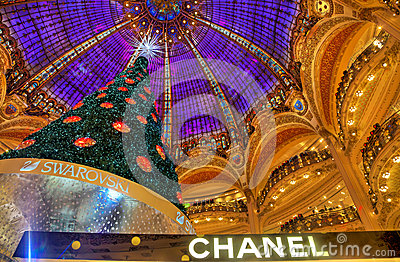 圣诞树在Galeries拉斐特,巴黎 编辑类照片