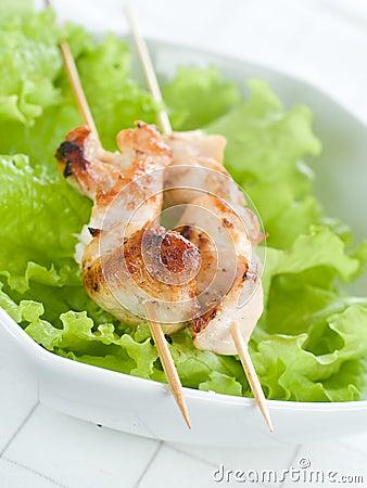 Galinha (ou carne de porco) em um cuspo da grade