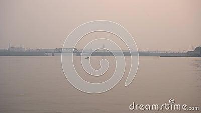 Galleggianti del catamarano del pedale sul fiume video d archivio