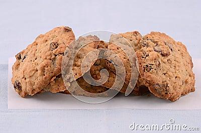 Galletas de pasa cocidas al horno frescas de la harina de avena