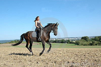 Galope. Caballo y equestrienne.