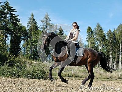 Galope. Cavalo e equestrienne.