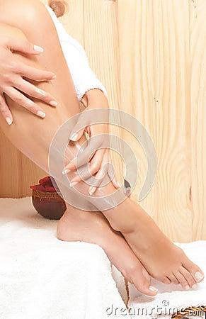 Gambe della donna in stazione termale