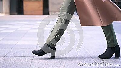 Gambe Della Donna In Stivali Neri Che Cammina Nella Via