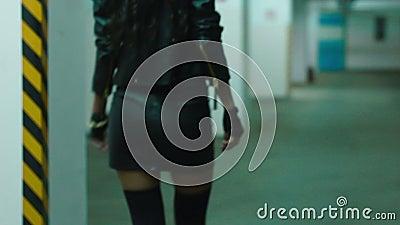 Gambe della ragazza con i talloni che camminano sul vecchio primo piano stock footage
