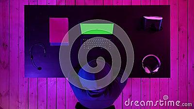 Gamer или лента наблюдая игру на экране ноутбука Зеленый дисплей модель-макета экрана видеоматериал