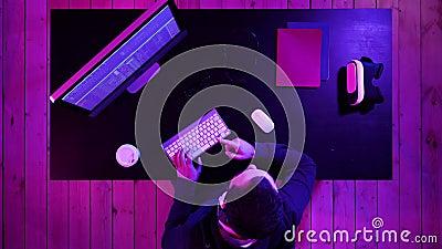 Gamer, hacker, programista opowiada najlepszy oprogramowanie, gra, program na ekranie komputer zbiory