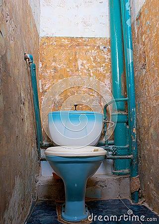 Gammal rutten toalett