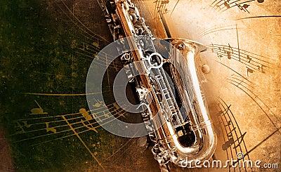 Gammal saxofon med smutsig bakgrund