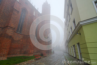 Gammal town av Kwidzyn i dimma
