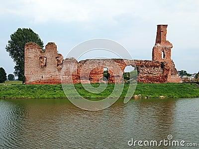Gammalt övergett slott i byn Besiekiery i Polen utan ägaren