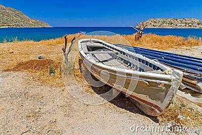 Gammalt fartyg på segla utmed kusten av Crete