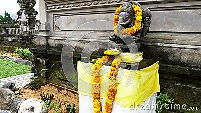 Ganesh staat bij de ulun danu beratan tempel op bali stock videobeelden