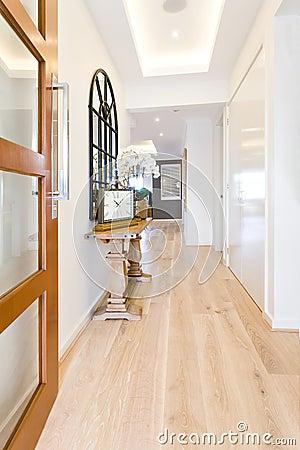 Gang aan een modern huis met houten vloer stock foto afbeelding 74125100 - Decoreer een gang ingang ...