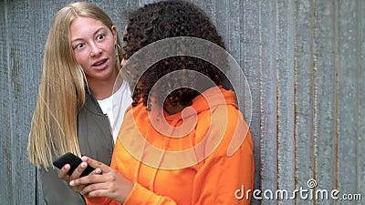 Ganska blonda flickor och unga unga kvinnor i blandad ras tar sig självt på sina smarta telefoner för sociala medier stock video