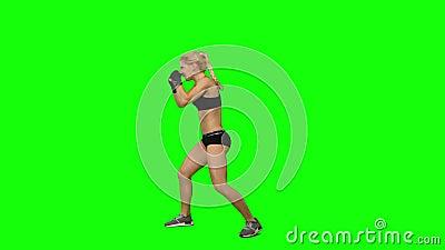 Gants de port de kickboxer de fille pratiquant pour des concours Écran vert Vue de côté banque de vidéos
