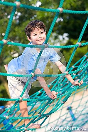 Garçon équilibrant sur l activité de corde