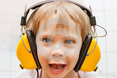 Garçon avec des écouteurs