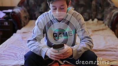Garçon d'adolescent jouant dans le jeu sur Smartphone clips vidéos