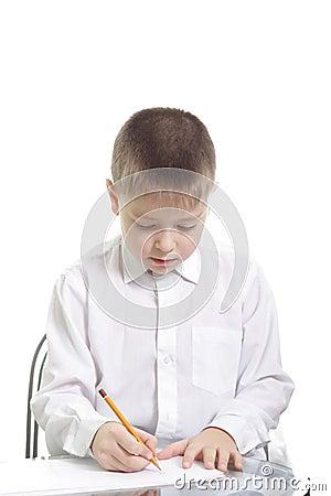 Garçon dans l écriture blanche à la table