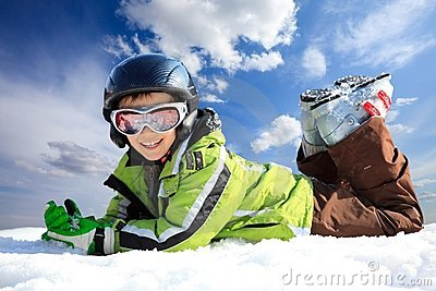 Garçon dans l usure de ski