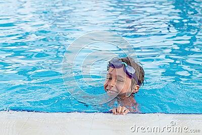 Garçon dans la piscine