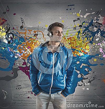 Garçon et éclaboussement de note de musique
