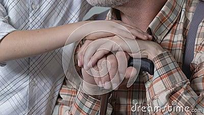Garçon frottant des grands-pères main, affection de famille, appui dans le problème, relations banque de vidéos