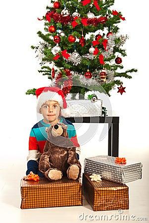 Garçon stupéfait avec des présents de Noël