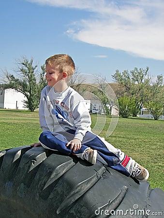Garçon sur le pneu.