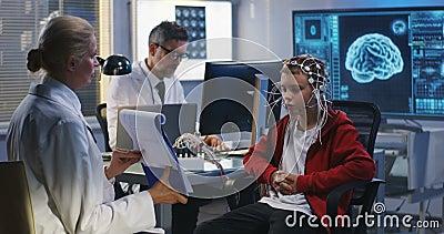Gar?on subissant l'essai de cerveau d'EEG clips vidéos