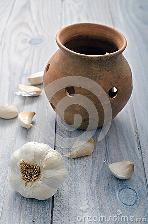 Free Garlic And Pot Royalty Free Stock Photo - 33181655