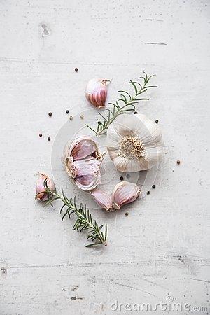 Free Garlic. Garlic Bulbs. Fresh Garlic With Rosemary And Pepper On White Concrete Board Royalty Free Stock Images - 100937509
