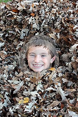 Garçon appréciant un jour d automne