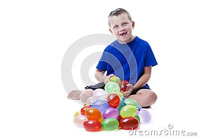 Garçon avec des ballons d eau