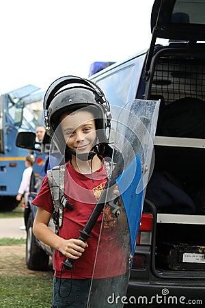 Garçon avec l équipement d émeute