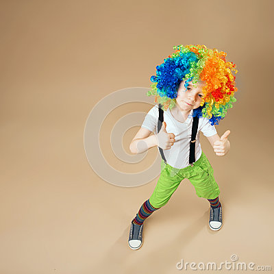 enfants joyeux le garon heureux de clown en grand non a color la perruque p photo stock image 80383096 - Perruque Colore