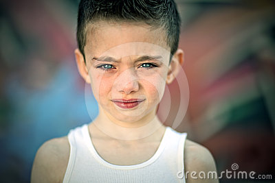 Garçon énervé contre le mur de graffiti