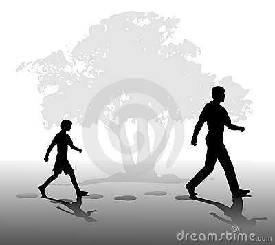 Garçon suivant dans les marchepieds du père