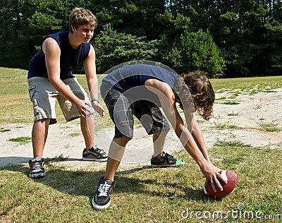 Garçons jouant au football
