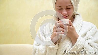Garota com creme de higiene nas mãos video estoque